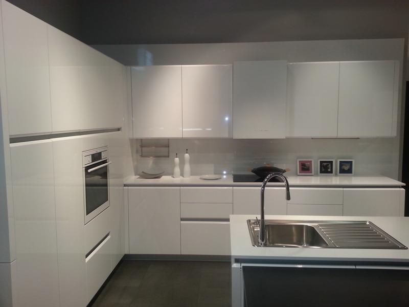 Calizas mallorca s a cocinas - Cocina blanca con encimera blanca ...