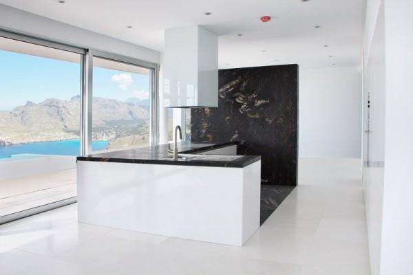 Cocina blanca con encimera y revestimiento en Granito Titanium